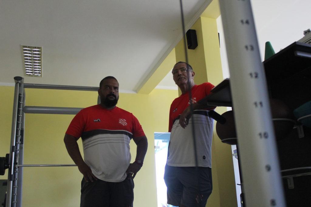 Preparador físico Fabrício Abreu e fisiologista Paulo Figueiredo acompanham dia de treino (Foto: João Carlos Gomes/Bangu)