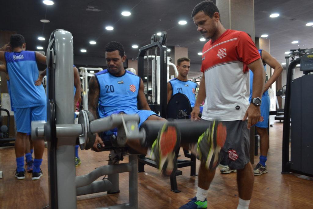 Preparador físico Wagner Duarte acompanha treino - Foto: Emerson Pereira/Bangu