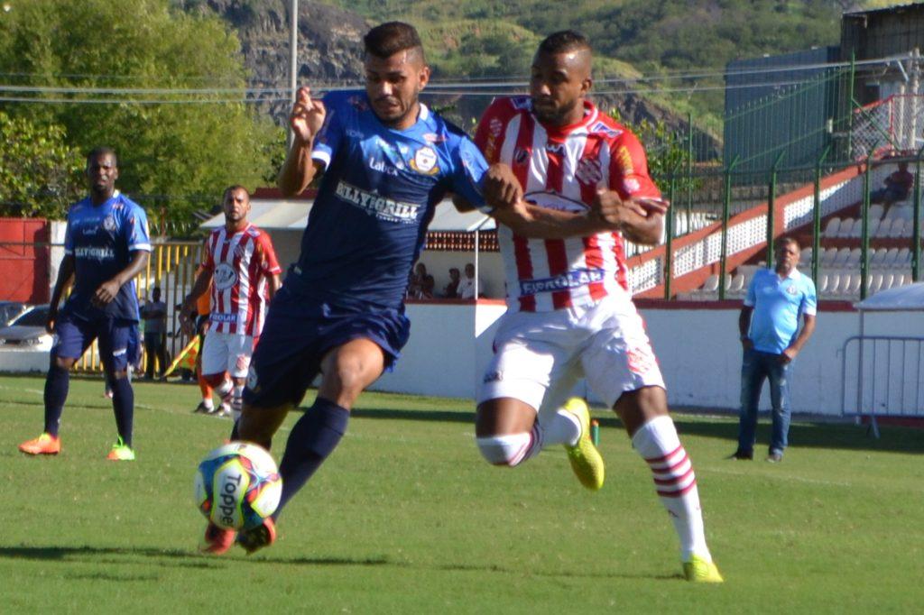 DEIXOU O DELE. Guilherme (d) marcou o primeiro gol do Bangu na partida (Foto: Emerson Pereira/Bangu)