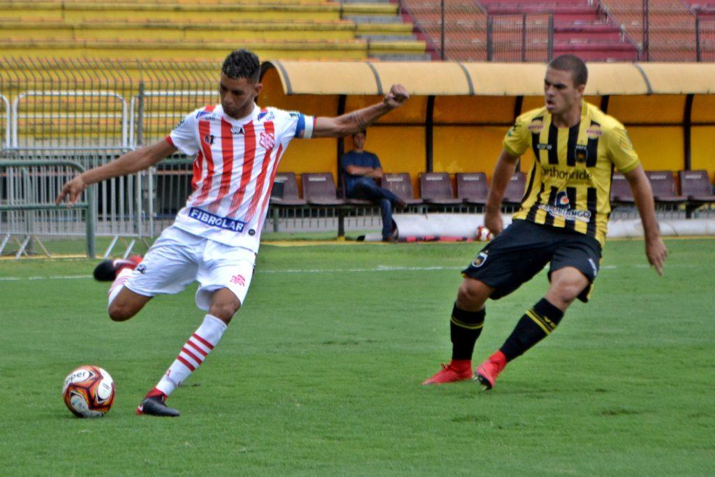 Zagueiro Lucas Lima faz lançamento (Foto: Emerson Pereira/Bangu)