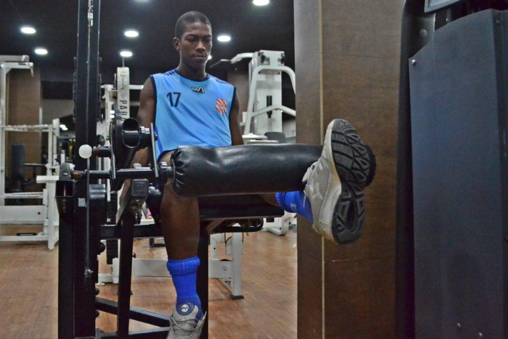 TREINANDO FIRME. Atletas revezaram treino entre academia e campo (Foto: Emerson Pereira/Bangu)