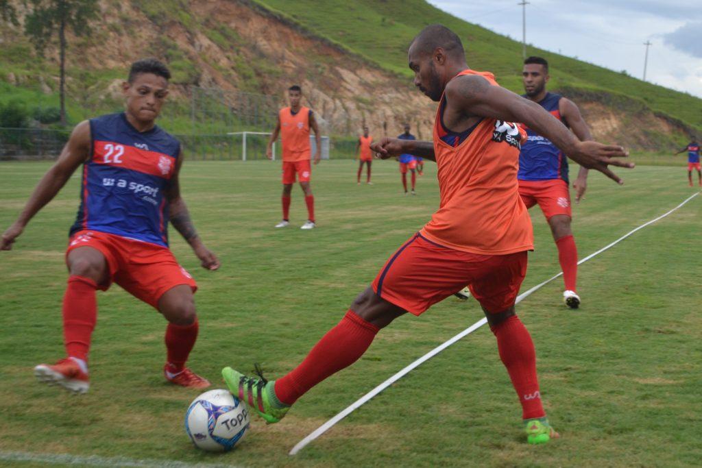 Os laterais Valdir (e) e Léo Jesus no treino da tarde (Foto: Emerson Pereira/Bangu)