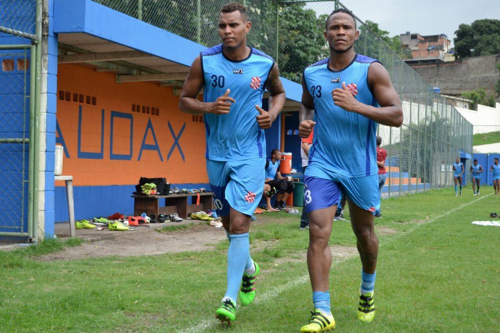 Ao lado do zagueiro Michel (e), Xodó treina no CT Arthur Sendas (Foto: Emerson Pereira/Bangu)