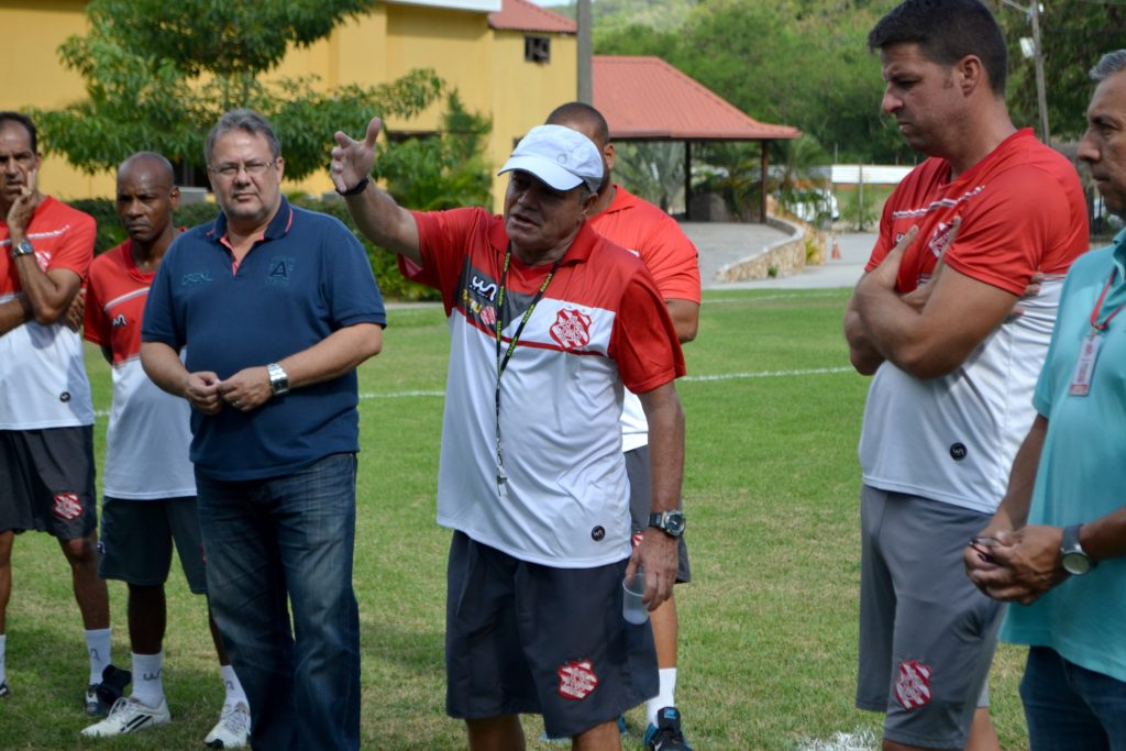Arturzinho conversou com os atletas antes do treino - Foto: Emerson Pereira/Bangu