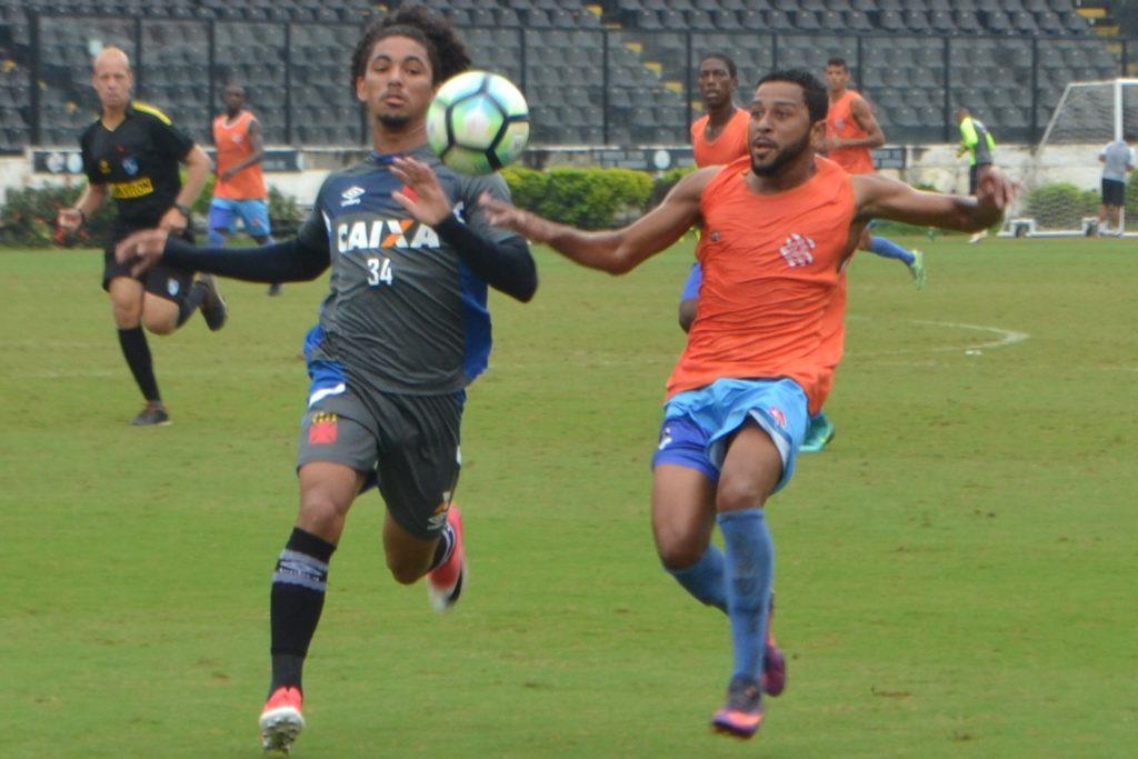 MAIS UM TESTE. Alvirrubro jogou com o Vasco em São Januário (Foto: Emerson Pereira/Bangu)