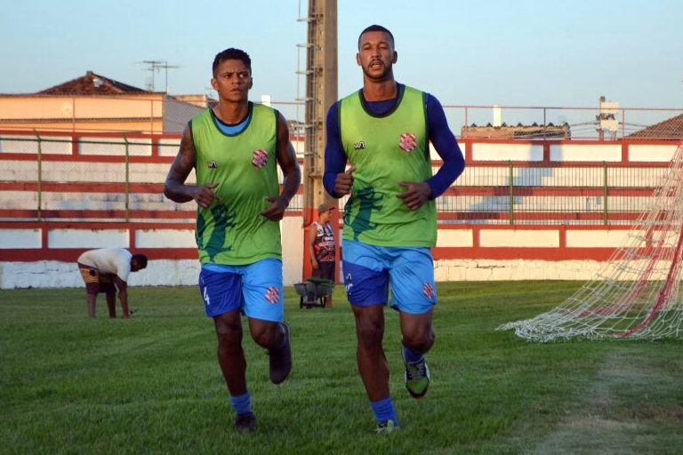 Walter e Danielzinho realizaram atividades separado do grupo neste primeiro dia (Foto: Emerson Pereira/Bangu)