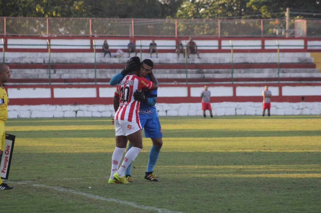 Jefferson foi de encontro a Almir quando o meia entrou no jogo (Foto: Emerson Pereira/Bangu)