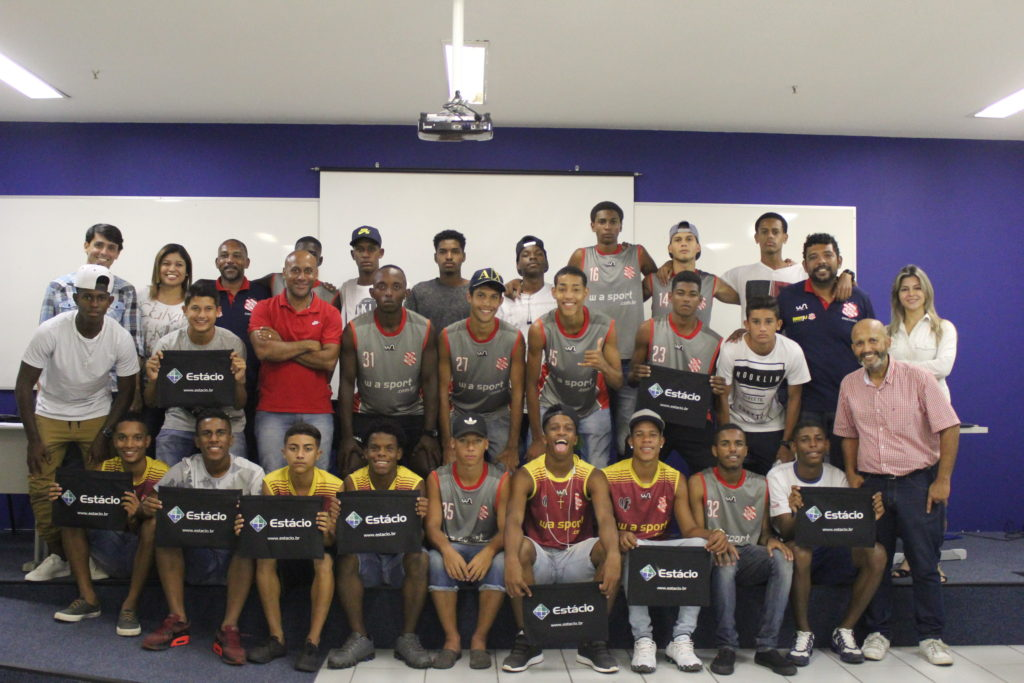 Equipe Cufa/Bangu e atletas que fazem parte do sub-17 (Foto: João Carlos Gomes/Bangu)